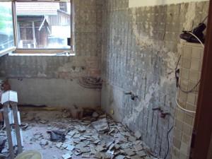 Abspitzen der Plättli im alten Badezimmer