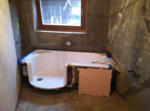 Badewanne eingebaut im Rohbau